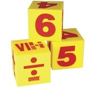 Tärningar i skum med med siffror och matttematiksymboler